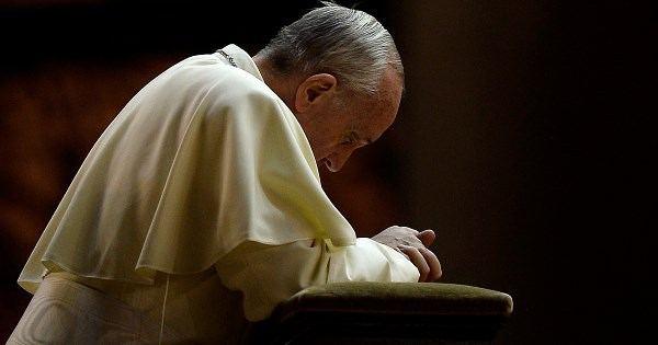 papa francesco in preghiera